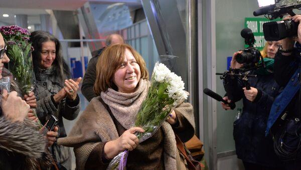 Светлана Алексиевич прибыла в Минск - Sputnik Беларусь