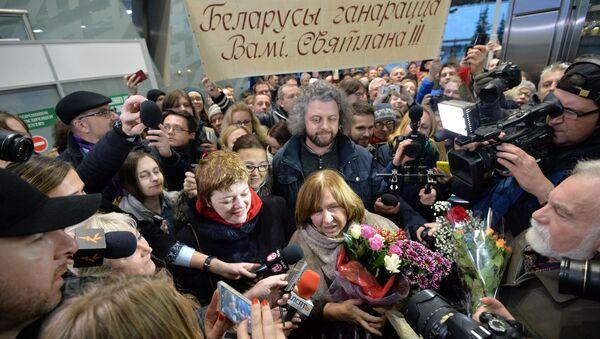 Встреча Светланы Алексиевич в аэропорту - Sputnik Беларусь