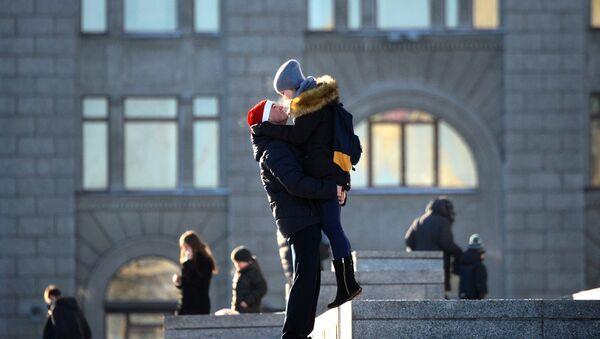 Молодые люди на Октябрьской площади - Sputnik Беларусь