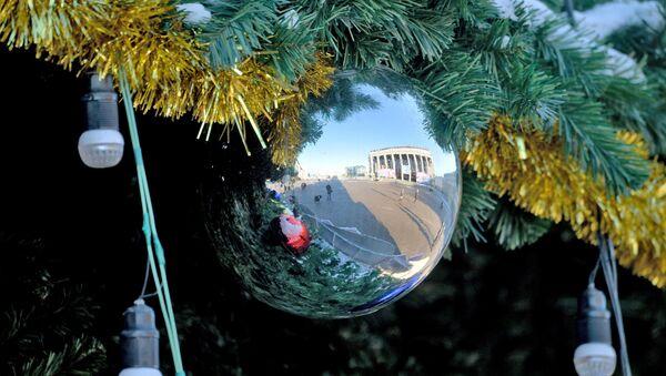 Октябрьская площадь - в отражении новогоднего шара - Sputnik Беларусь