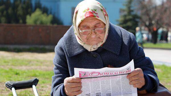 Бабуля чытае газету - Sputnik Беларусь