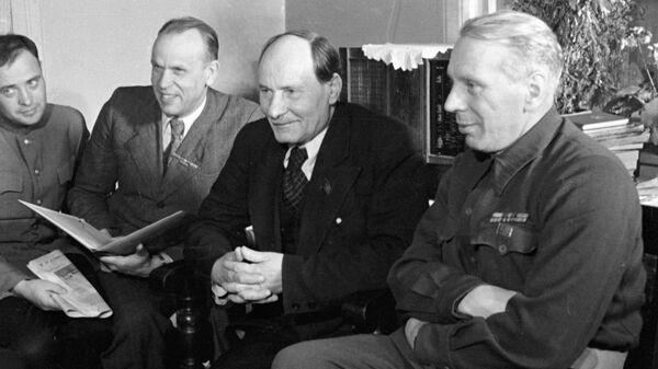 Белорусские писатели (справа налево) : Михась Линьков, Якуб Колас, Кондрат Крапива и Павел Ковалев - Sputnik Беларусь