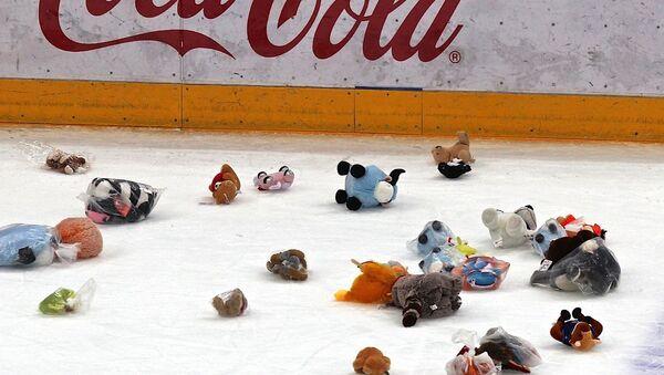 Мягкие игрушки от болельщиков Динамо полетели на лед после первого периода: почти 12 тысяч зрители устроили так называемый зубролет - Sputnik Беларусь