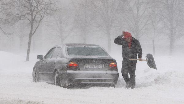 Автовладелец расчищает дорогу от снега - Sputnik Беларусь