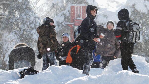 Школьнікі гуляюць у снежкі - Sputnik Беларусь