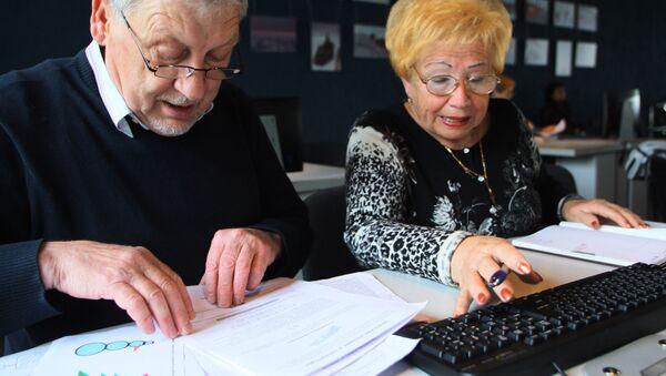 Пенсионеры проходят обучение на курсах компьютерной грамотности - Sputnik Беларусь