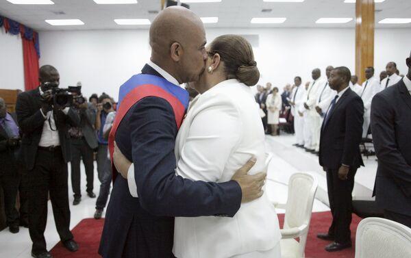 Прощальный поцелуй: экс-президент Гаити и его супруга в момент сложения полномочий главы государства - Sputnik Беларусь