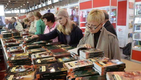 Наведвальнікі на міжнароднай кніжнай выставе-кірмашы - Sputnik Беларусь
