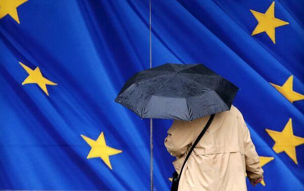 Женщина под зонтом возле Еврокомиссии в Брюсселе - Sputnik Беларусь