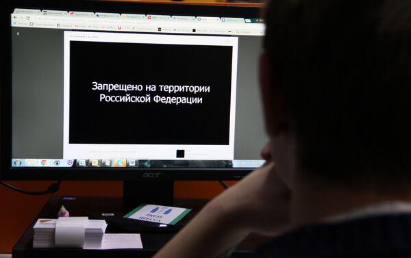 Интернет-пользователь за компьютером - Sputnik Беларусь