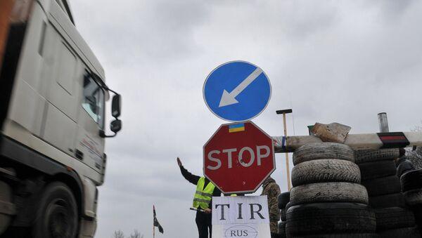 Украинские активисты блокируют движение российских фур во Львовской области - Sputnik Беларусь