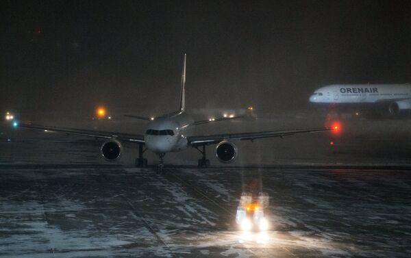 Самолет на взлетно-посадочной полосе аэропорта Домодедово в Москве - Sputnik Беларусь