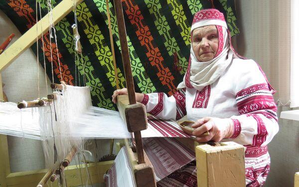 У Дарапеевічах Сцепаніда Сцепанюк тчэ на самых старых у раёне кроснах - Sputnik Беларусь