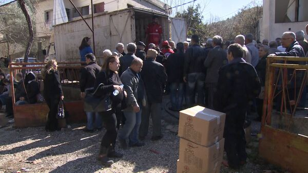 СПУТНИК_Сирийцы стояли в очереди за коробками гумпомощи с мукой и сахаром в Хомсе - Sputnik Беларусь