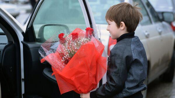 Хлопчык з букетам кветак на 8 марта - Sputnik Беларусь