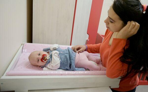 Молодая мама с ребенком  - Sputnik Беларусь