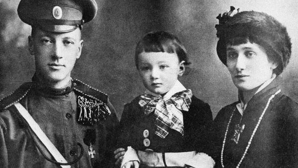 Поэты Гумилев и Ахматова с сыном Львом - Sputnik Беларусь
