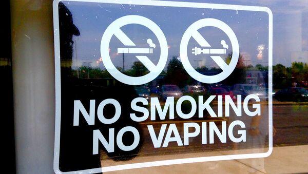 Табличка, запрещающая курение обычных и электронных сигарет - Sputnik Беларусь