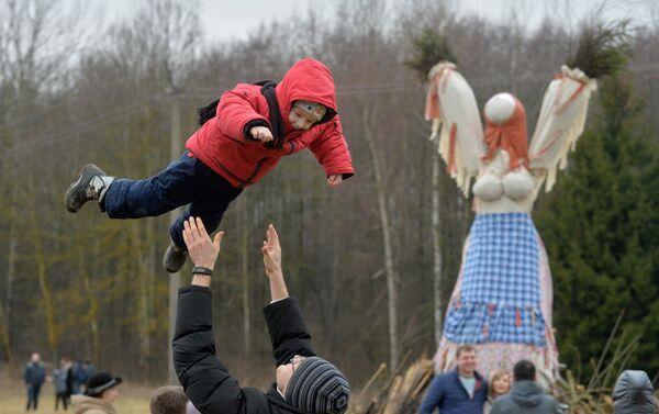 Ребенок на празднике Масленицы - Sputnik Беларусь