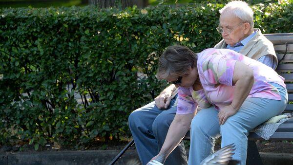 Пожилая женщина кормит голубей - Sputnik Беларусь