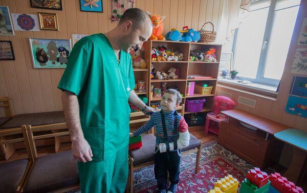 Заведующий детским отделением Донецкой областной больницы Евгений Жилицын - Sputnik Беларусь