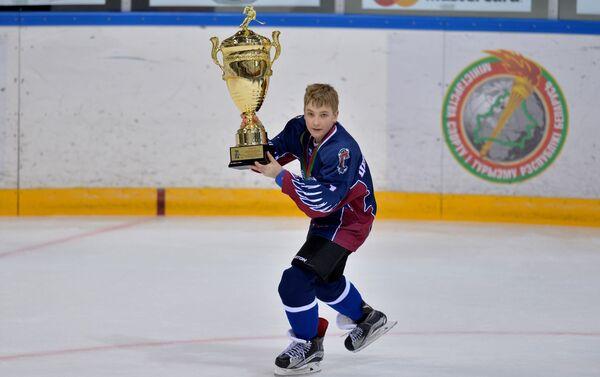 Мікалай Лукашэнка з кубкам - Sputnik Беларусь