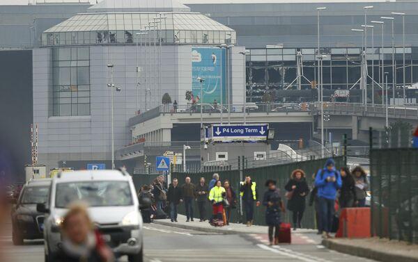 Люди покидают аэропорт Завентем в Брюсселе, Бельгия, после взрыва - Sputnik Беларусь