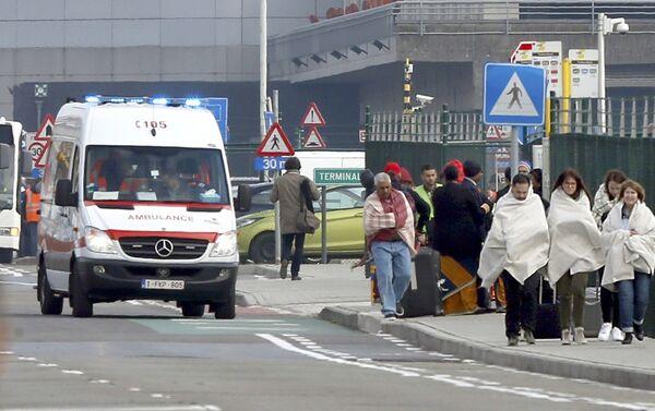 Люди в одеялах покидают место взрыва в Брюсселе - Sputnik Беларусь