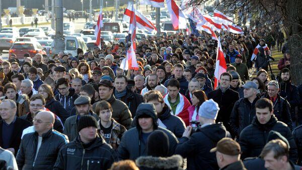 Участники шествия идут к площади Якуба Коласа - Sputnik Беларусь
