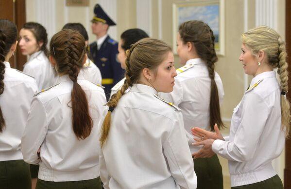 Форма одежды - парадная, прическа - французский колосок - Sputnik Беларусь