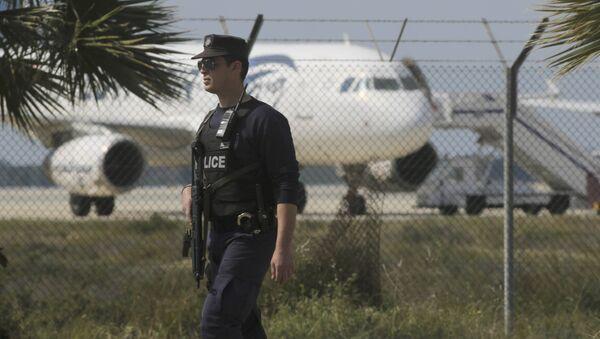 Паліцэйскі ля аэрапорта Ларнакі Egyptair Airbus A320 - Sputnik Беларусь