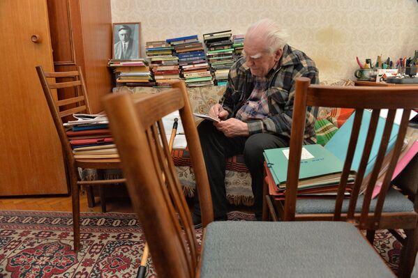 Народный поэт Беларуси в своей квартире, февраль 2015 года. - Sputnik Беларусь