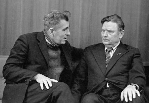 Поэт Нил Гилевич беседует с Народным поэтом Беларуси Максимом Танком. - Sputnik Беларусь