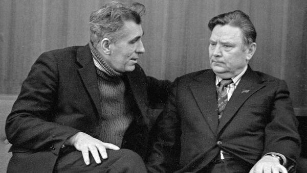 Поэт Нил Гилевич (слева) беседует с Народным поэтом Беларуси Максимом Танком (справа) - Sputnik Беларусь