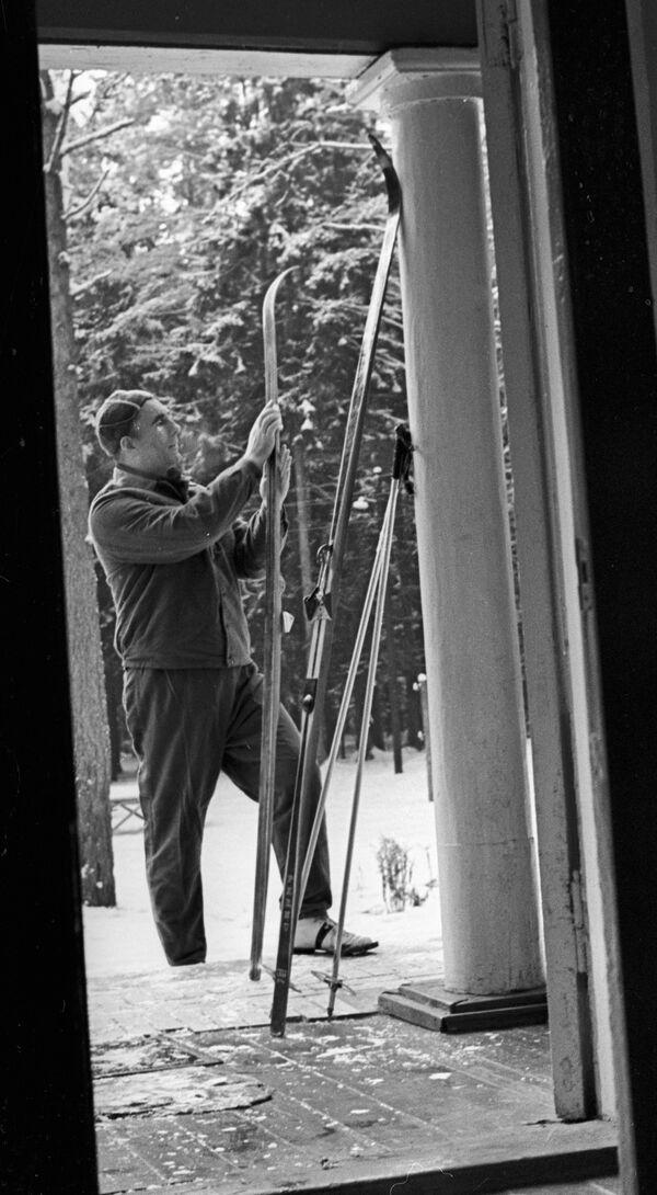 Нил Гилевич во время лыжной прогулки, 1977. - Sputnik Беларусь