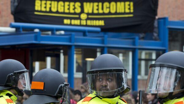 Акция протеста против беженцев в Амстердаме - Sputnik Беларусь