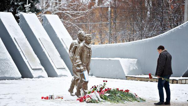 Жители несут цветы к памятнику авиаторам в центре Липецка - Sputnik Беларусь