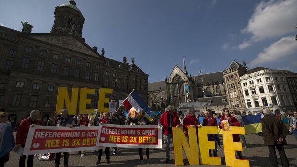 Дэманстранты заклікаюць людзей не браць удзел у рэферэндуме ЕС падчас акцыі пратэсту ў Амстэрдаме, Нідэрланды 3 сакавіка - Sputnik Беларусь