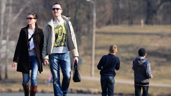 Моладзь шпацыруе па парку - Sputnik Беларусь