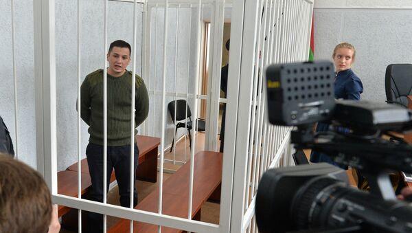 Обвиняемый Тарас Аватаров с журналистами перед началом заседания - Sputnik Беларусь