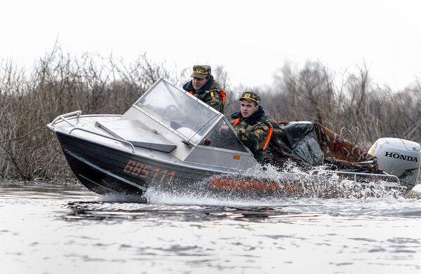 Сотрудники милиции патрулируют Припять на быстроходном катере. - Sputnik Беларусь