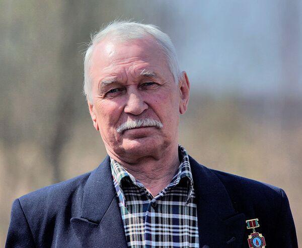 Один из ликвидаторов во время экскурсии по зоне на 20-летие аварии на Чернобыльской АЭС. - Sputnik Беларусь