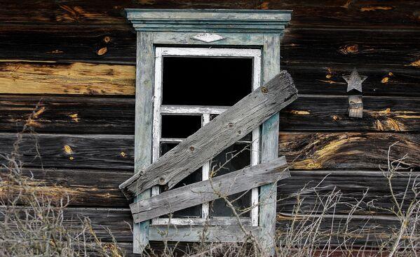Заброшенный дом в отселенной деревне. На стене сохранился знак, что в доме жил ветеран, награжденный Красной Звездой. - Sputnik Беларусь