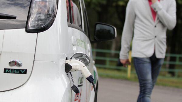 Электромобиль на зарядке. Архивное фото - Sputnik Беларусь