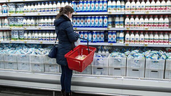 Покупатель у прилавка с молочной продукцией в магазине, архивное фото - Sputnik Беларусь