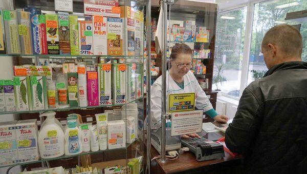 Провизор и покупатель в одной из аптек  - Sputnik Беларусь