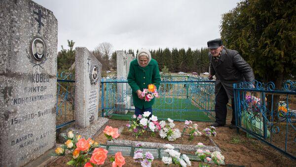 На Радаўніцу на вясковых могілках - Sputnik Беларусь
