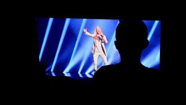 Зритель смотрит выступление Ivan'a на евровидении по ТВ - Sputnik Беларусь