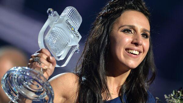 Джамала (Украина), победившая в финале международного конкурса Евровидение-2016, на церемонии награждения. - Sputnik Беларусь