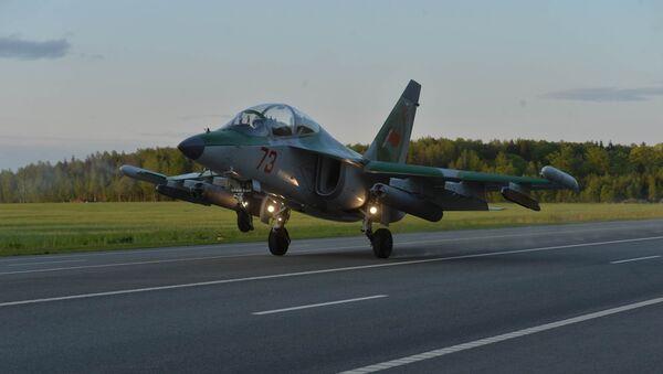 Самолет ЯК-130 совершает посадку на автотрассу - Sputnik Беларусь